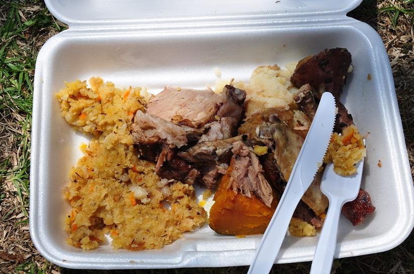 Viande, pommes de terre et patates douces fumés : c′est le hangi maori