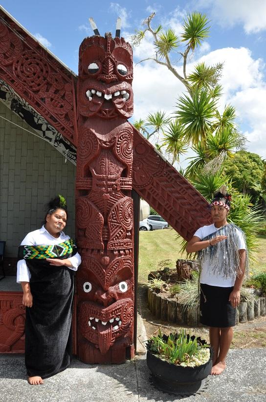 Répétition de danse devant la maison commune de Te Kuiti