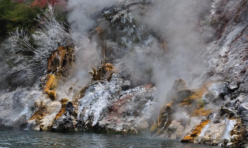 Activité géothermique sur le lac Rotohamana